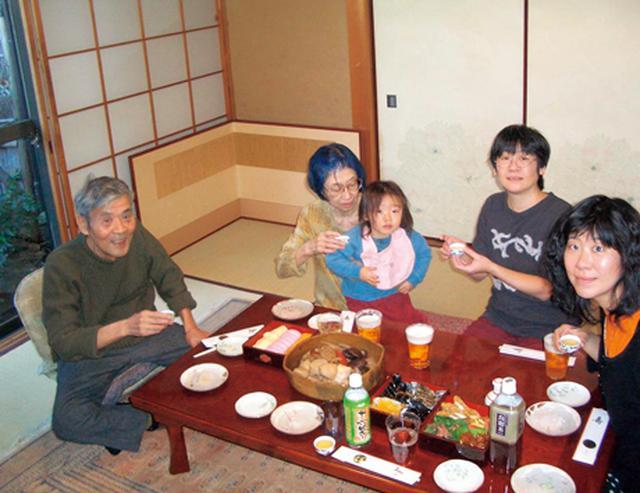 画像: ある年のお正月。ばななさんがお子さんを連れて実家に遊びにきたときは、ハルノさんのお料理で一家団らん