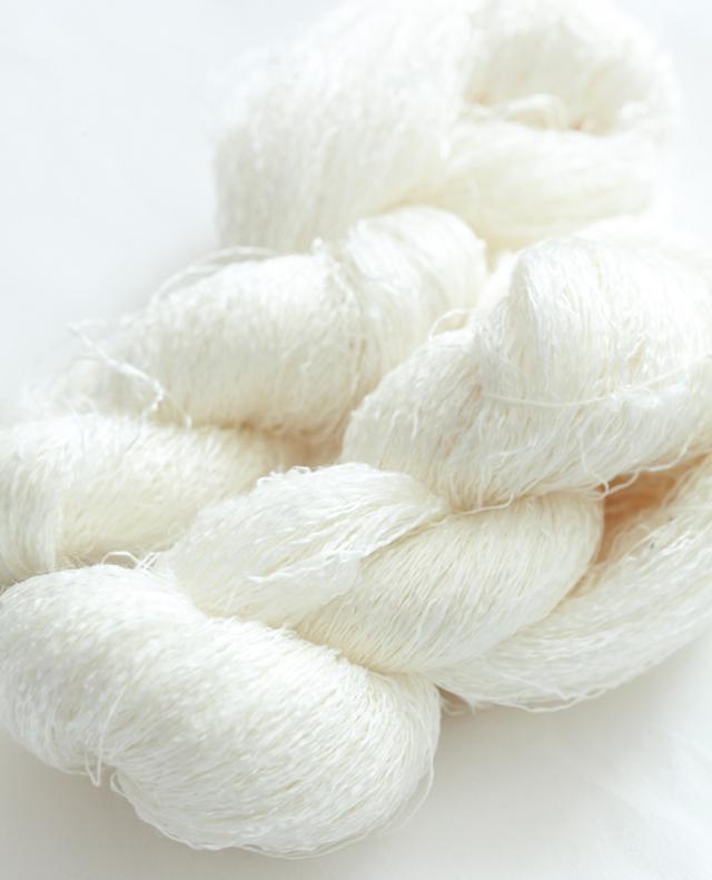 画像: 繭から糸を引いたあと、「精練」という作業で不純物を取り除いたもの。精練前はごわごわしていたのが、なめらかな質感に