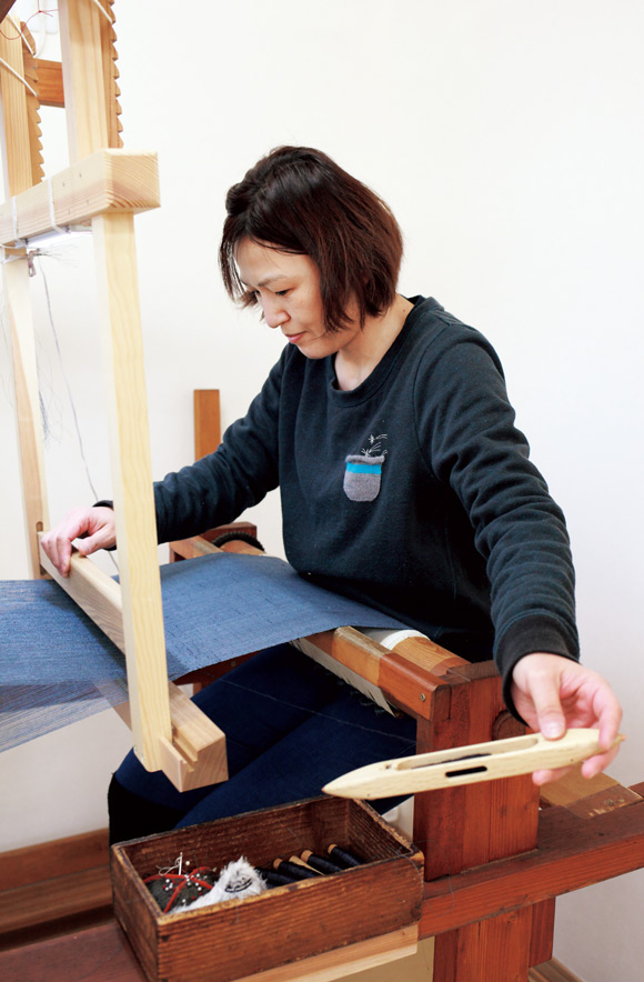 画像: 北村さんが織っている着尺は、「 染織(せんしょく)田宮 」の注文品。このプロジェクトでは、注文者が蚕の成長を見学し、製作工程を確認したうえで注文。どの季節の繭で、どんな縞柄にするかなどの相談もできる