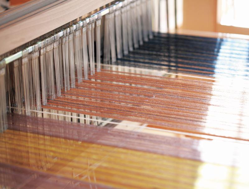 画像: 太織とスウェーデンのリップスという技術を組み合わせてつくるマフラーを、3本、一気に織っているところ