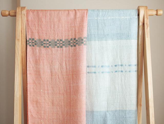画像: 右はクチナシ、左はアカネで染めた糸で織ったショール 問い合わせ:ツグミ工芸舎・百果店ひぐらしストア TEL.0494-26-6205