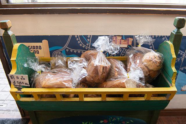 画像: 前の日のパンは、「前日品」としてお得な価格で提供。酵母パンは時間をおいてもおいしいから、こちらを目当てに来店するお客さんも