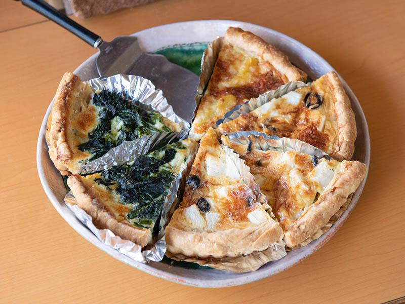 画像: キッシュには有精卵を使い、有機野菜もたっぷり。野菜は八百屋を営む、オーガニック専門の野菜ソムリエさんが運んできてくれる