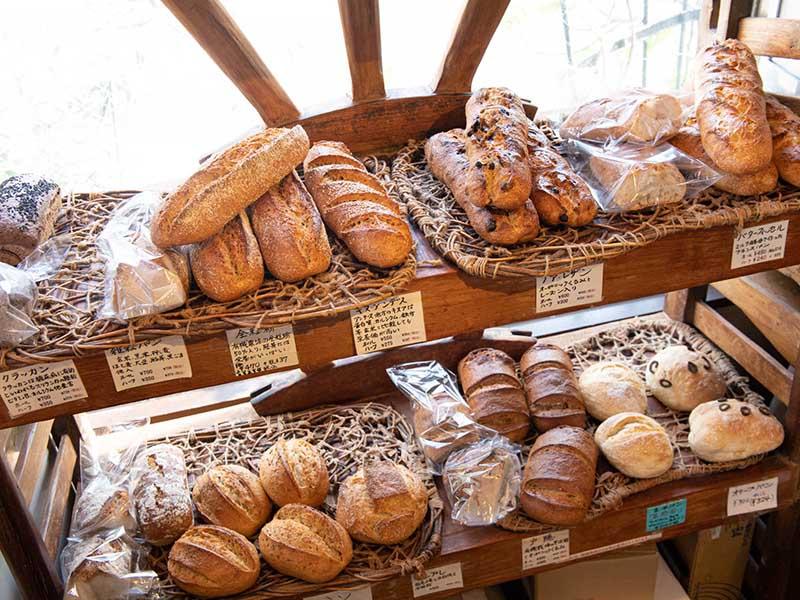 画像: パンは30種類ほどを焼き上げる。パンが最も多く揃うのはお昼からお昼過ぎにかけて