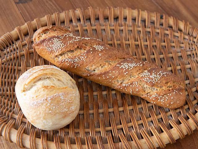 画像: 無農薬栽培のキヌアをはじめ、ライ麦、全粒粉、白ゴマを加えて焼き上げた「キヌアンデス」(右)はキヌアの香ばしさがクセに。玄米と少量のバターが入る「茗荷谷」(左)はふんわり柔らかくやさしい味