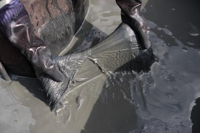 画像: 4 泥田に布を浸し、「泥染め」を仕上げる