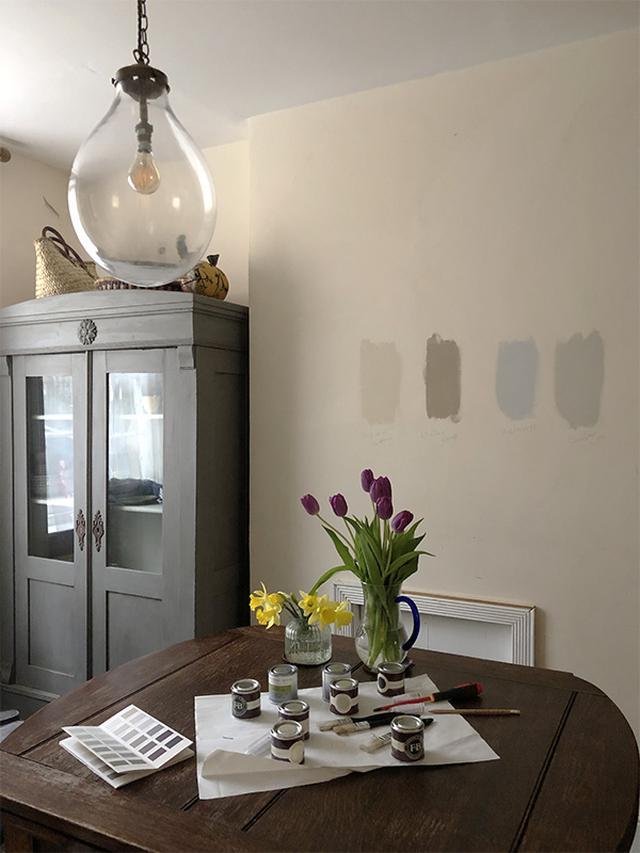 画像: 我が家の多イニング。壁の色を決めるため、4色のペンキを試し塗りしました