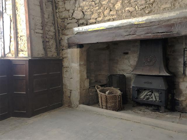 画像: リビングには古い暖炉があります