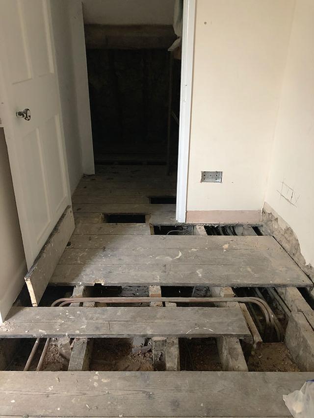 画像: 電気の配線工事を行うため、床板を剥がした、そこから出てきたものとは?