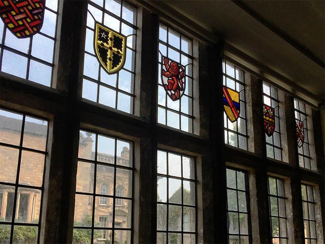 画像: 窓にはカラフルな紋章のステンドグラス