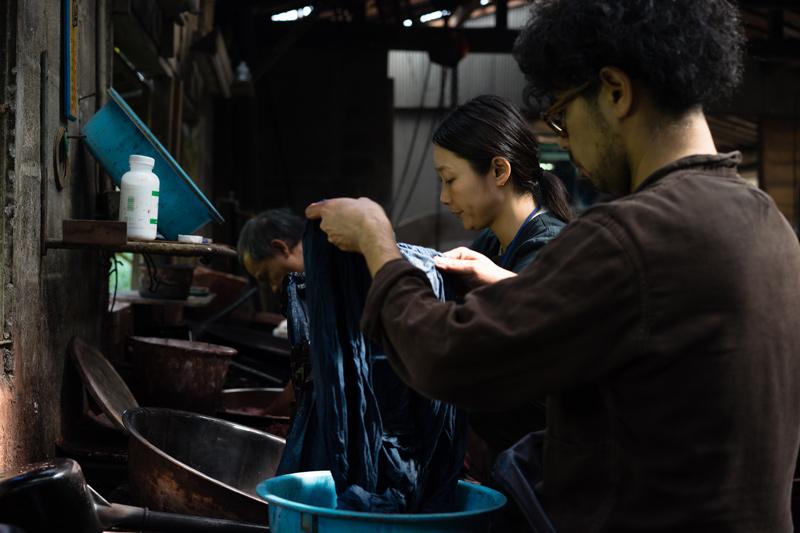 画像2: 3 クエン酸水で藍色を定着させたのち、車輪梅の染料で色を重ねる