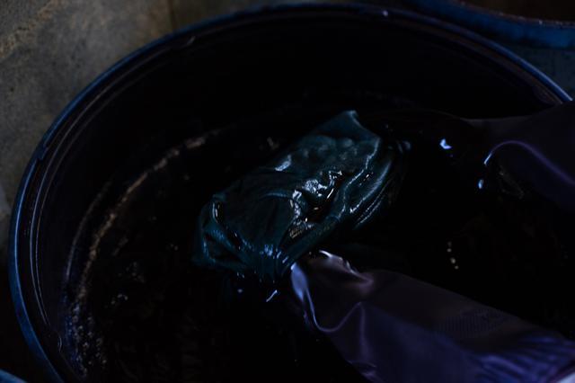 画像: 1 水にさらした布を藍で染める