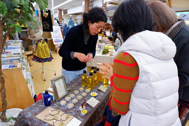 画像: 日本みつばちのミツロウとひまわりオイルでバームを作る、Rataraさんのブースも