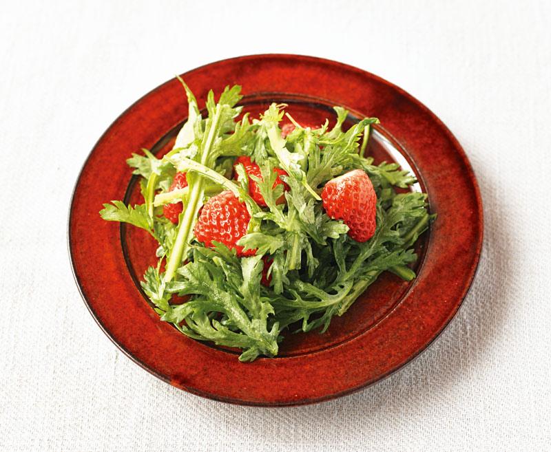 画像: 春菊といちごのサラダ