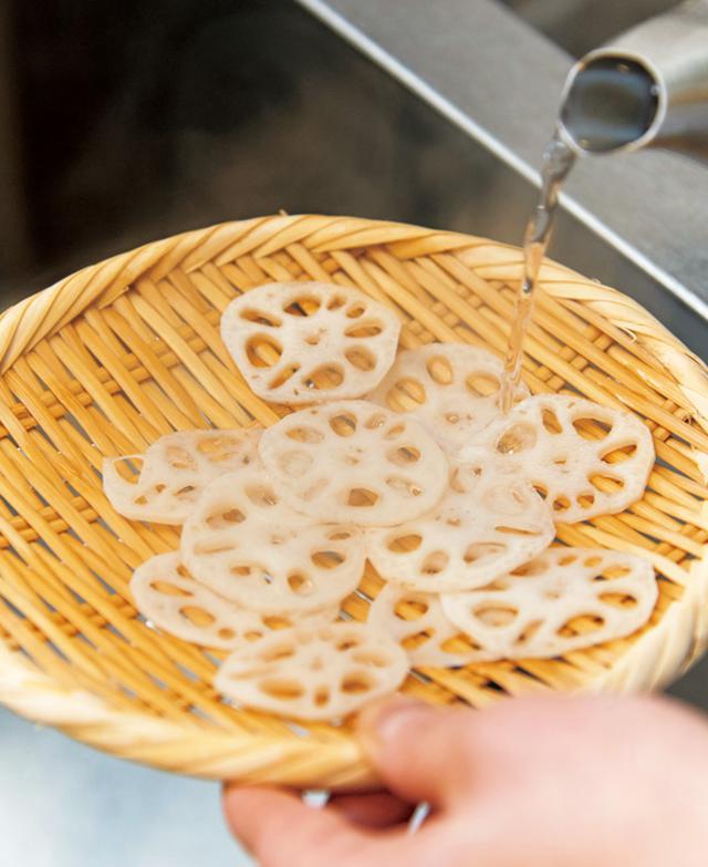 画像: れんこんは加熱しすぎるとねばりけが出るので、薄く切って湯通しする