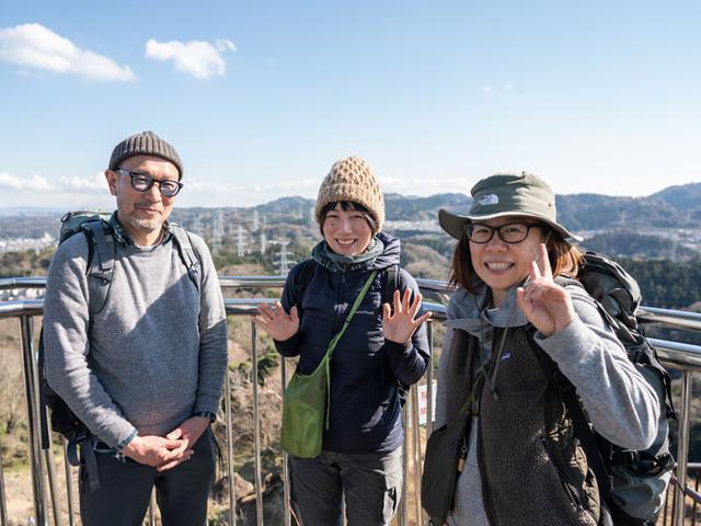 画像: 鷹取山の展望台にて。左からHさん、著者、Yさん
