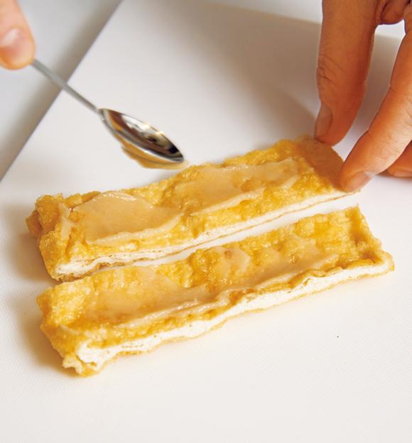 画像: やわらかい白味噌はスプーンの背でのばすと満遍なくぬれる