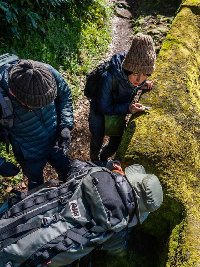 画像: ルーペ越しの世界では、ほんの数cmの中にいろんな景色が見えてしまう。一度はまると、そこから動けない