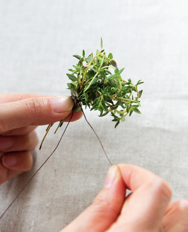 画像: 束ねた根元を片手でぎゅっと持ち、ワイヤーをしっかり巻いていく