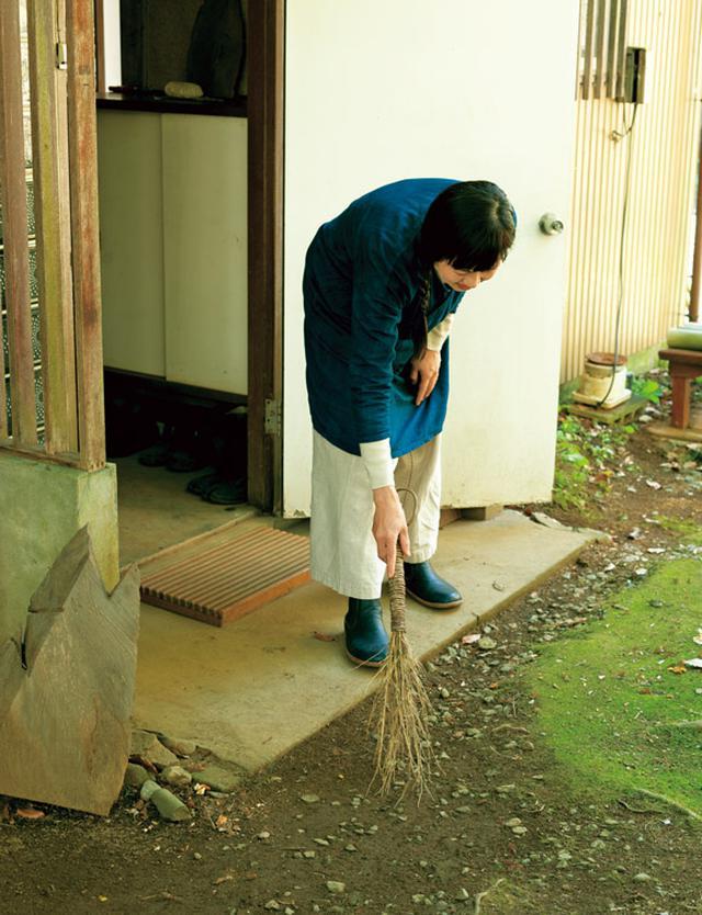 画像: 石田さんが「苔のじゅうたん」と呼ぶ玄関先も手製ほうきでサッとひと掃き