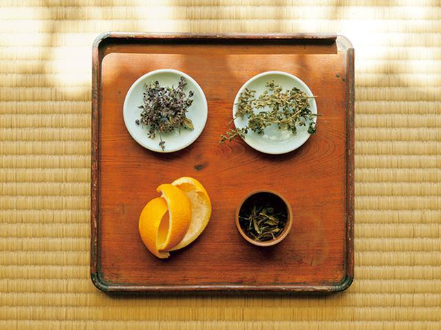 画像: 茶葉やハーブなど。みかんは「隣の家のおじさんが無農薬栽培したもの」