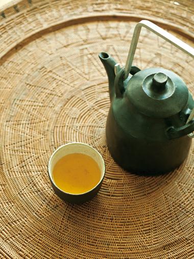 画像: 土瓶は、福岡の石原稔久さん作。湯飲みは、常滑の田鶴濱守人さん作