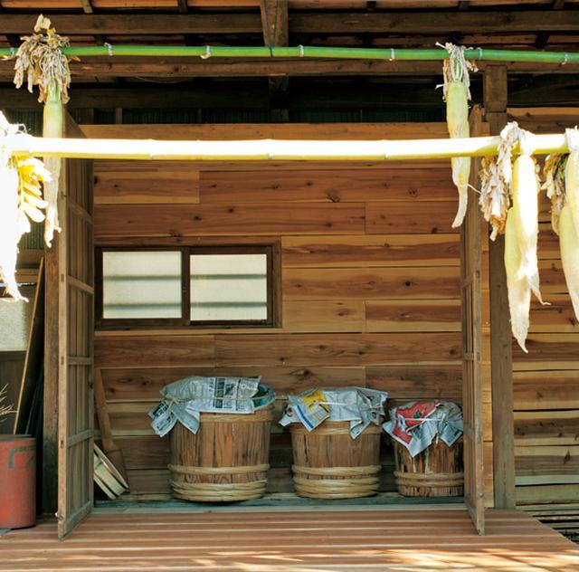 画像: 友人たちとつくった味噌小屋。左から、一年味噌、二年味噌、三年味噌の入った桶
