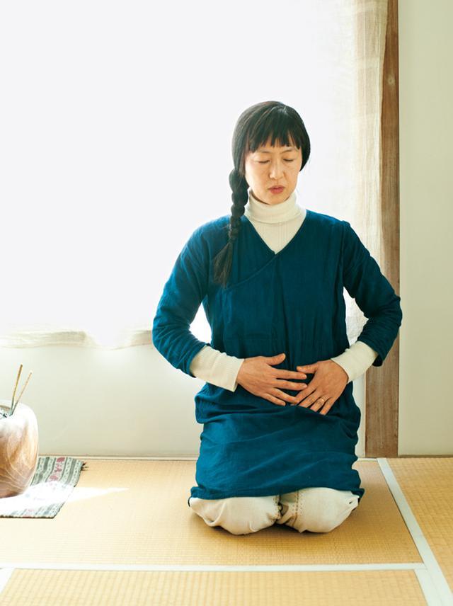 画像: 座って行うのはもちろん、「私は、目覚めたら、お布団の中でやっています」
