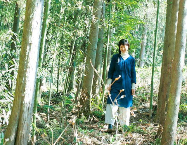 画像: 裏山を歩きながら葉を触ったり、野草をつまんだり。飽きることはない