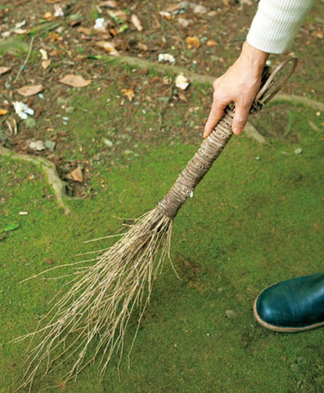 画像: ほうきは、竹と藤蔓で手づくりしたもの。小まわりが利いて便利