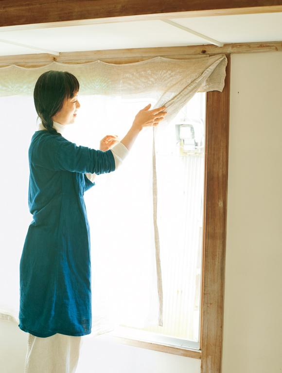 画像: 里山の家の、東向きの窓。大きく開け放つと、部屋の中が明るくなる