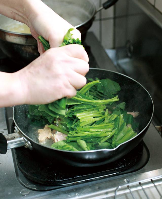 画像: 小松菜は食感と栄養価を残すため、ゆでずにフライパンに直接入れて