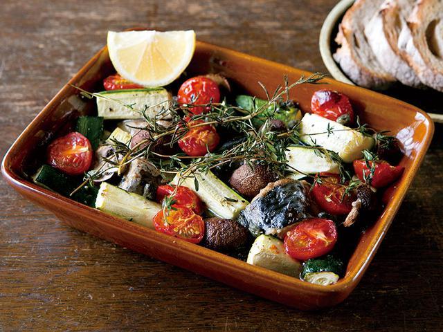 画像: 料理の上に、あえて見えるように盛ったハーブが、ちょっと特別な雰囲気を演出。さばと野菜から出たスープは、パンをひたしていただきます