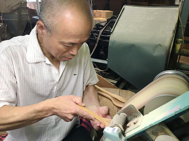 画像: 倉本杓子工場では、職人が昔ならの製法でしゃもじやへらをつくります