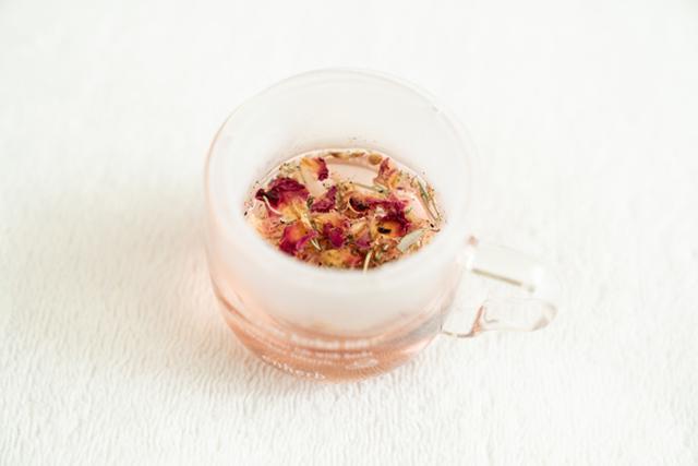 画像: 施術後もハーブティーでリラックス。この日のお茶は、ローズレッドやハイビスカスなどが配合された「ウェルカムチェンジブレンド」900円(税別)*約20杯分(ハーブティー各種は購入可能です)