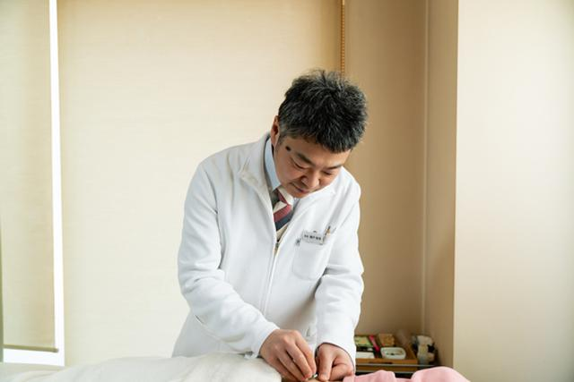 画像: 院長の瀬戸郁保(いくやす)先生。「疲れが溜まったとき、体調がいまひとつのとき、いつもお世話になっています」(大段)「私も紹介していただき、時々通っています」(井尾)