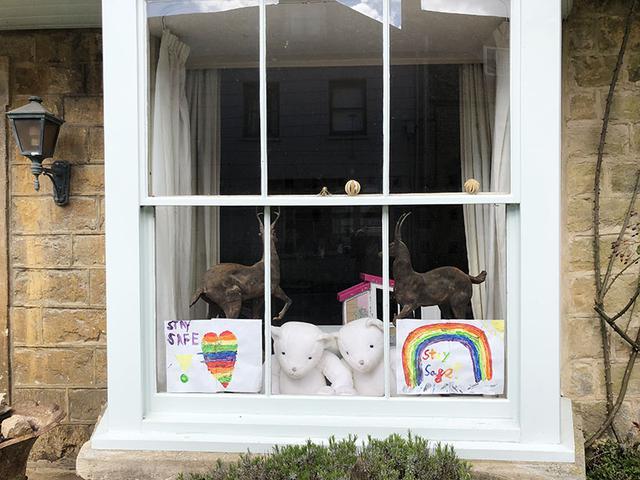 画像: 子どもたちのために、窓辺に飾られたティディベア