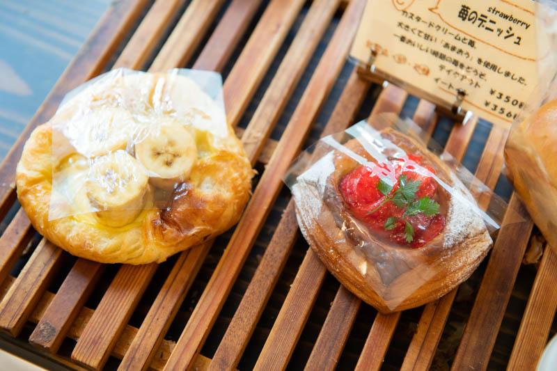 画像: デニッシュの果物は季節ごとに変更。「苺のデニッシュ」は大粒で甘い「あまおう」を使用。「バナナのデニッシュ」は通年アイテム