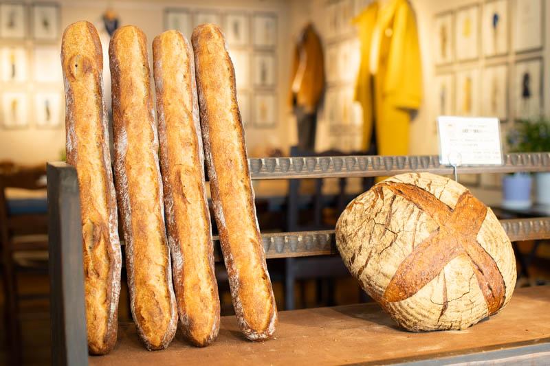 画像: 店の一番人気はバゲット。低温で一晩じっくりと発酵させて、旨味を引き出している