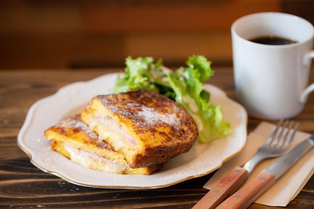 画像: チーズとハムの塩気、卵と牛乳のやわらかな甘さ、マスタードの辛味がバランスよくからみ、いくらでも食べられそう