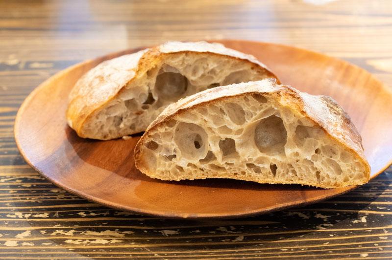 画像: 水分量の多い生地で焼き上げる「パン・ド・ロデヴ」(木曜限定)。皮はパリッ、中はしっとりもちもちで、旨味たっぷり