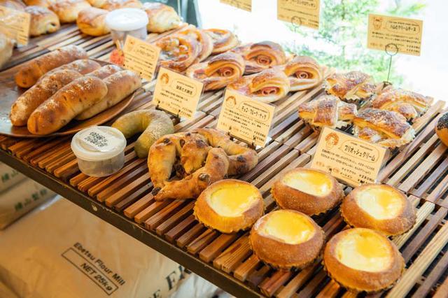画像: 一日に50種類ものパンを焼く。パンが最も多く並ぶのはお昼頃