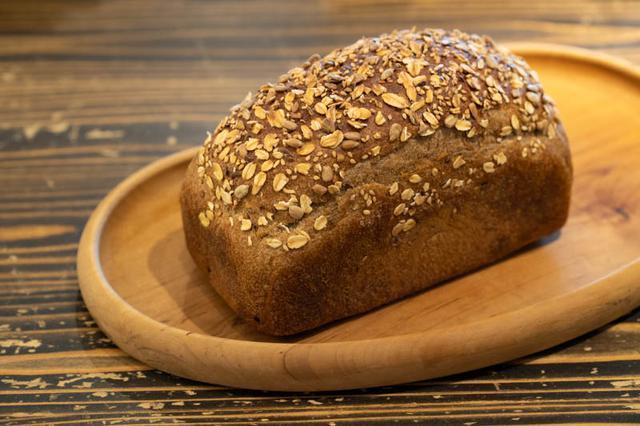 画像: 生地はしっとりしていて食べやすく、雑穀の香ばしさがアクセント