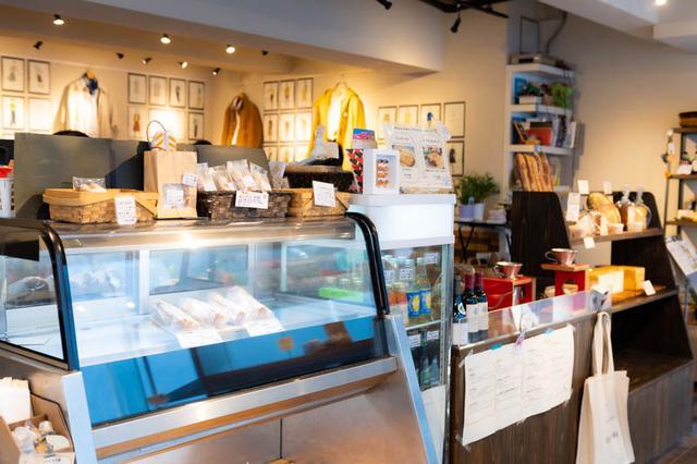 画像: 店の奥はギャラリースペース。展示を開く作家さんや観にくる人にパン好きが多く、「縁がどんどんつながっていく」と話す
