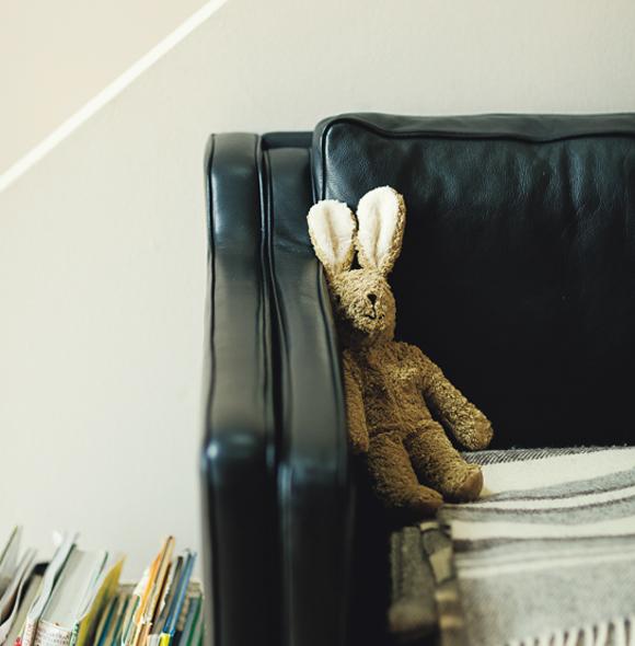 画像: 増加傾向にあるおもちゃは、収納する定位置を決め、できるだけ自然素材を選ぶようにすると、整理も楽で見た目もやさしい
