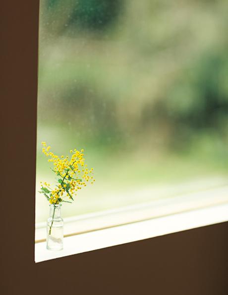 画像: 家の中には常に、さりげなく季節の草花を飾るように。花は、朝ごはんの材料も調達する、産直市場で買うことが多いとか