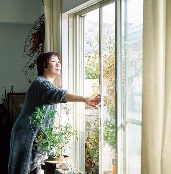 画像: 家の周囲は自然も多く、鳥の声もよく聞こえる。ベランダや室内の植物の世話をしながら耳を傾けるのが、朝の楽しみのひとつ