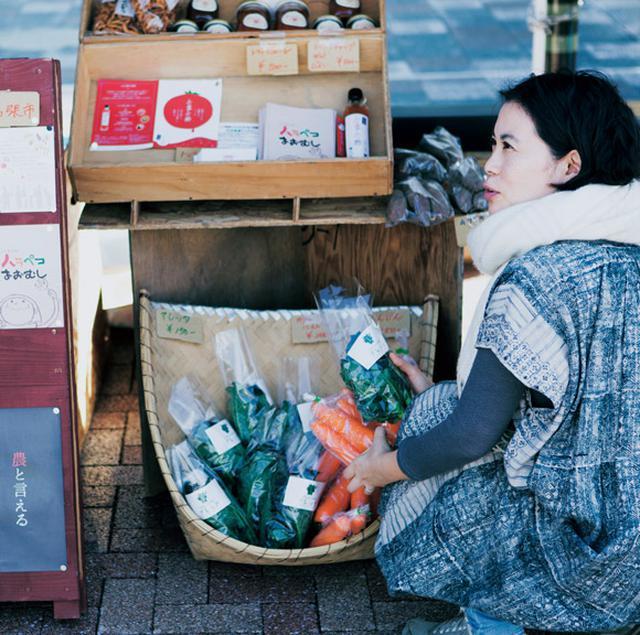 画像: 駅前広場で月1回開催される「伊賀風土 FOODマーケット」では、地元の農家や老舗が多数出店。足を運んで、物色するのが楽しみ