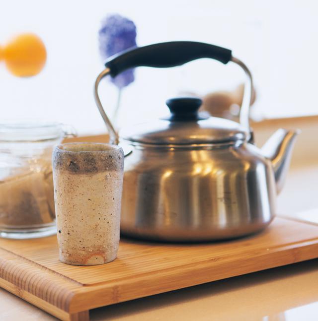 画像: 毎朝、やかん一杯沸かしている三年番茶は、子どもも水筒に入れて幼稚園に持っていく。「体を温めてくれて、味も私好みです」
