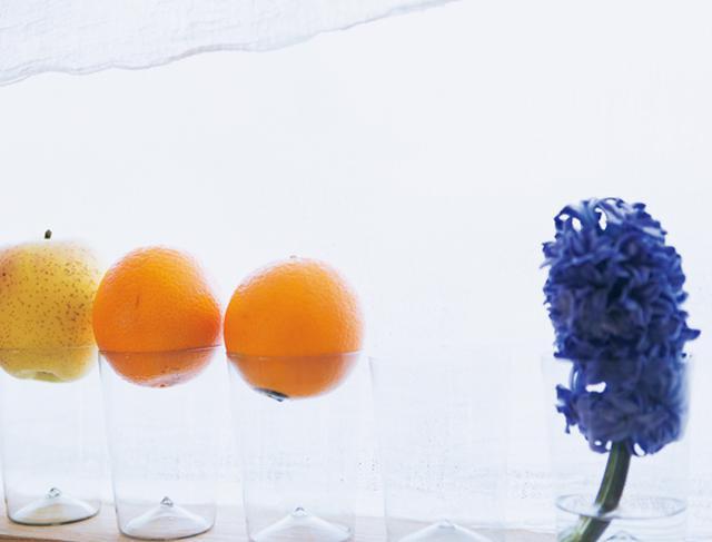 画像: キッチンには、目に入る場所に必ず果物と植物を。色のきれいな柑橘類をグラスにのせて並べるなど、置き方にもひと工夫